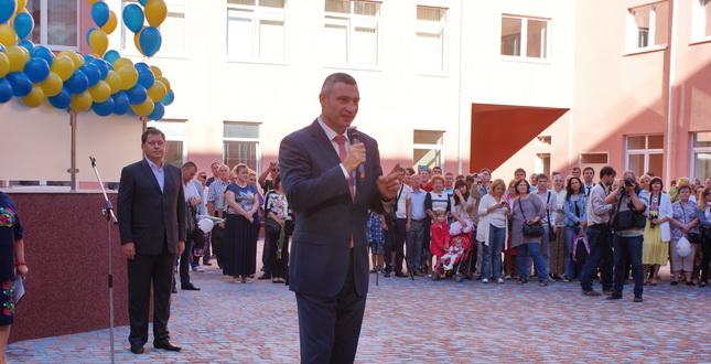 Мер Києва повів першачків в нові класи 140 школи (фото)